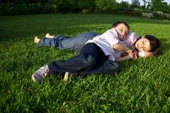 Mutter- und Sohnschlafen im Freien Lizenzfreie Stockbilder