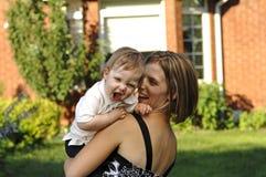 Mutter- und Sohnspiel Stockfotos