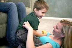 Mutter- und Sohnspielen Stockfotos
