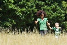 Mutter- und Sohnspielen Lizenzfreie Stockbilder