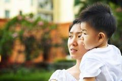 Mutter- und Sohnwartevater, zum nach Hause zu kommen Lizenzfreie Stockfotografie