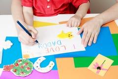 Mutter- und Sohnzeichnen vorhanden für Vati stockfotos