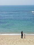 Mutter und Sonne auf dem Strand Stockfotos