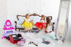 Mutter und Töchter, die Make-up tun Lizenzfreies Stockbild