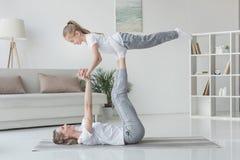 Mutter und Tochter übendes acro Yoga Lizenzfreies Stockfoto