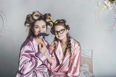 Mutter und Tochter allein zu Hause schön, modern und Spaß stockfotografie