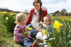 Mutter und Tochter auf dem Narzissen-Gebiet Lizenzfreie Stockbilder