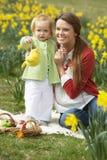 Mutter und Tochter auf dem Narzissen-Gebiet Stockfoto