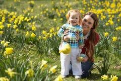 Mutter und Tochter auf dem Narzissen-Gebiet mit Stockfotos