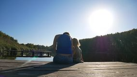 Mutter und Tochter auf dem Pier und genießen Natur Lokalisiert auf weißem Hintergrund stock video footage