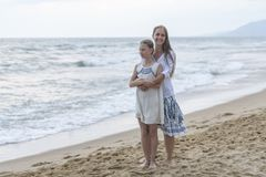 Mutter und Tochter auf dem Strand stockbilder