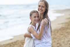 Mutter und Tochter auf dem Strand stockfotografie