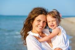 Mutter und Tochter auf dem Strand Stockbild