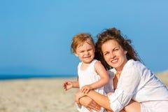 Mutter und Tochter auf dem Strand stockfotos