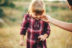 Mutter und Tochter auf der Natur Stockfoto