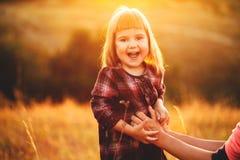 Mutter und Tochter auf der Natur Stockbilder