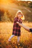 Mutter und Tochter auf der Natur Lizenzfreie Stockfotos