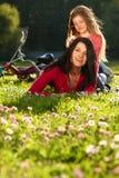 Mutter und Tochter auf einem Gras Lizenzfreie Stockfotos