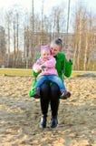 Mutter und Tochter auf einem Schwingen Lizenzfreies Stockbild