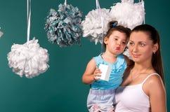 Mutter und Tochter auf einem Türkishintergrund stockfotografie
