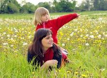 Mutter und Tochter auf einer Wiese Stockbilder
