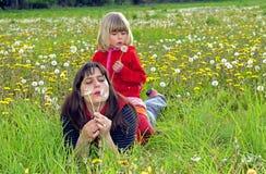 Mutter und Tochter auf einer Wiese Stockfoto