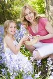 Mutter und Tochter auf Ostern, das nach Eiern sucht Lizenzfreie Stockfotografie