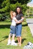 Mutter und Tochter auf Rollschuhen im Sommer Lizenzfreies Stockfoto
