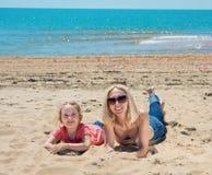 Mutter und Tochter auf sandigem lizenzfreies stockfoto