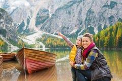 Mutter und Tochter auf See Bries stützt mit hölzernem Boot unter Lizenzfreie Stockfotografie
