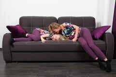 Mutter und Tochter auf Sofa Lizenzfreie Stockfotografie