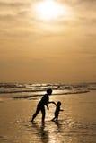 Mutter und Tochter auf Sonnenuntergang Stockbild