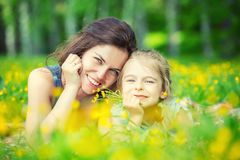 Mutter und Tochter auf sonniger Wiese stockbilder