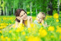 Mutter und Tochter auf sonniger Wiese lizenzfreies stockbild