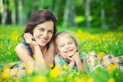 Mutter und Tochter auf sonniger Wiese lizenzfreie stockbilder
