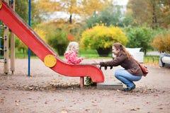 Mutter und Tochter auf Spielplatz Lizenzfreie Stockfotos
