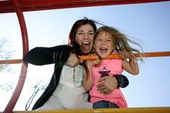 Mutter und Tochter auf steigendem Feld Lizenzfreie Stockfotos