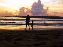 Mutter und Tochter auf Strand Lizenzfreie Stockfotografie
