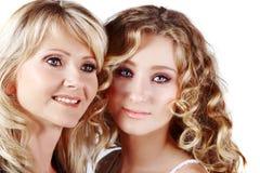 Mutter und Tochter auf weißem Hintergrund Lizenzfreie Stockfotografie