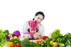 Mutter-und Tochter-Ausschnitt-Gemüse stockfotografie