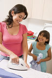 Mutter-und Tochter-Bügeln