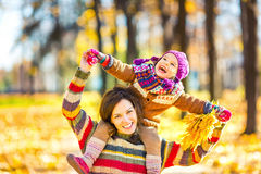 Mutter und Tochter beim Spielen im Herbstpark stockfotografie