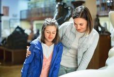 Mutter und Tochter betreffend alte Statuen Lizenzfreie Stockfotografie