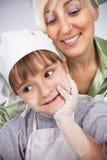Mutter und Tochter coocking sind Stockfoto