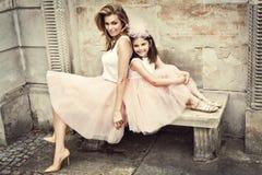 Mutter und Tochter in den gleichen Ausstattungen lizenzfreie stockfotos