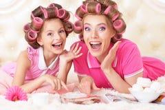 Mutter und Tochter in den Haarlockenwicklern Stockfotos