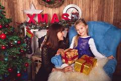 Mutter und Tochter in den Weihnachtsdekorationen Stockfotografie