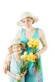 Mutter und Tochter in der blauen Kleidung und in den Hüten lokalisiert auf weißem Hintergrund Stockbilder
