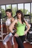 Mutter und Tochter in der Gymnastik Lizenzfreies Stockfoto