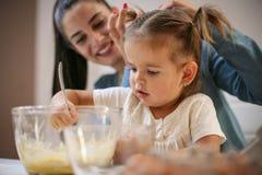 Mutter und Tochter in der Küche stockfotos